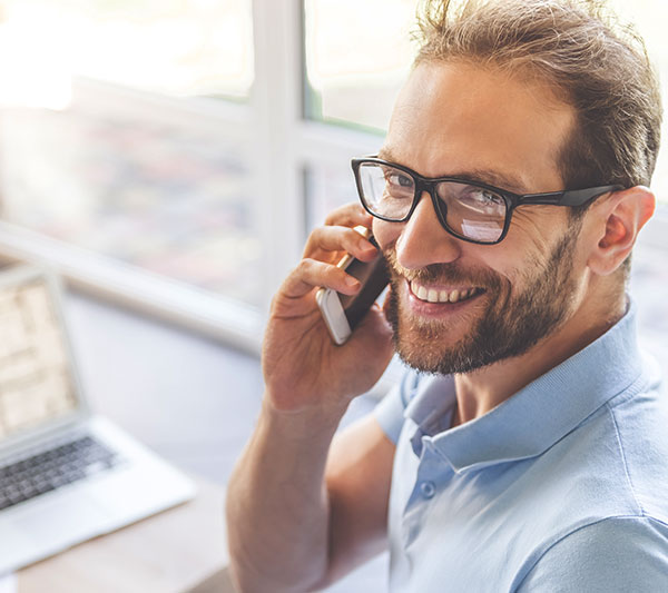 mitarbeiter telefoniert mit kunden