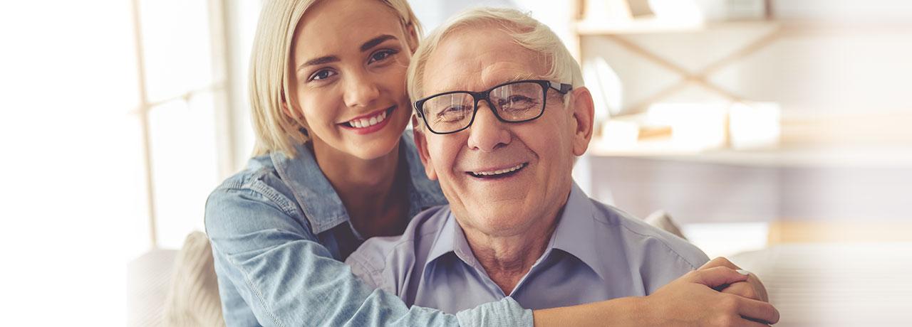 glücklicher senior mit tochter