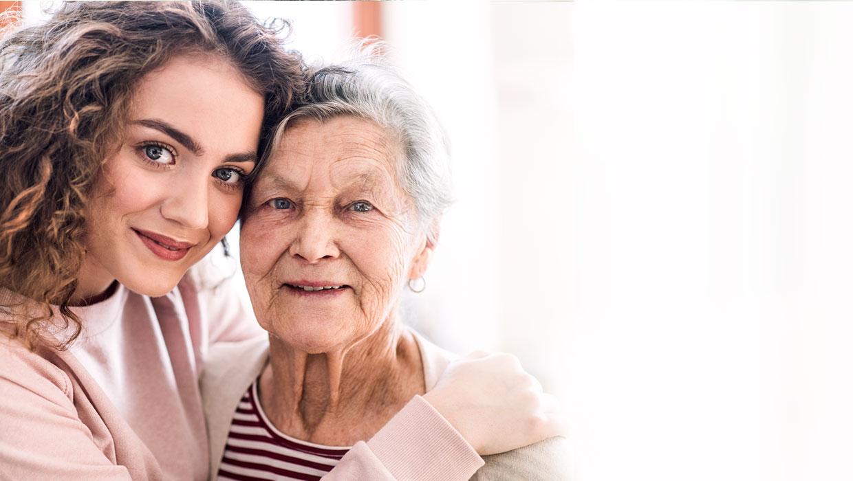 Enkelin umarmit ihre Oma.