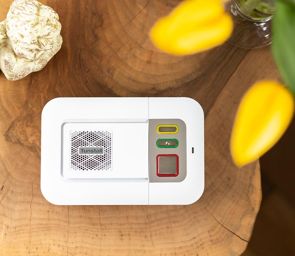 Der Lifeline Smart Hub Hausnotruf von ProVita auf einem Tisch liegend.