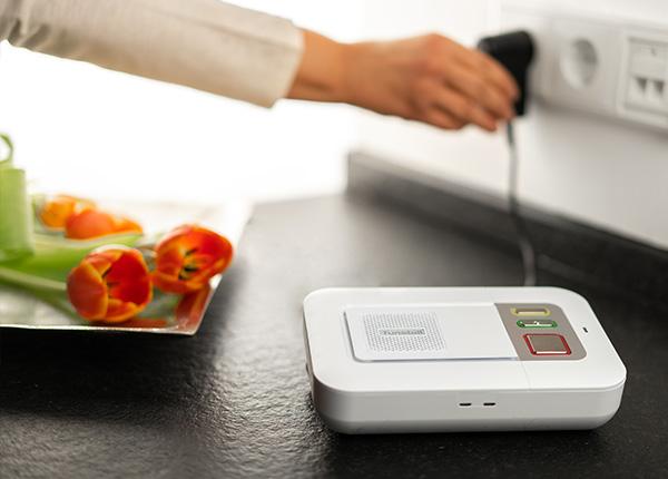 Der LifeLine Smart Hub Hausnotruf von ProVita wird an eine freie Steckdose angeschlossen.